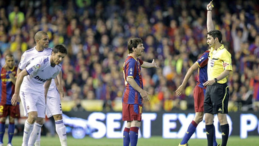 Messi vio la tarjeta amarilla por obstaculizar en una falta