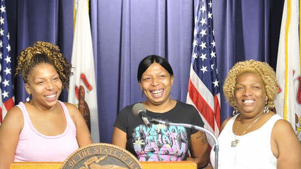 Yolanda Miller con dos de sus hijas gemelas, que ha recuperado después de superar una larga batalla contra su adicción a la cocaína. Foto Chicago Sun-Times.
