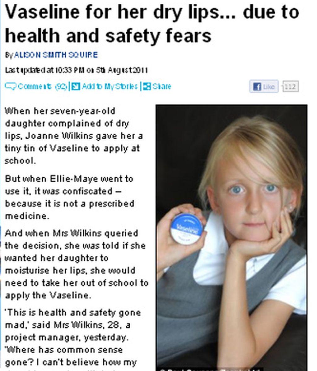La niña muestra su vaselina como algo inofensivo. Foto: Daily Mail