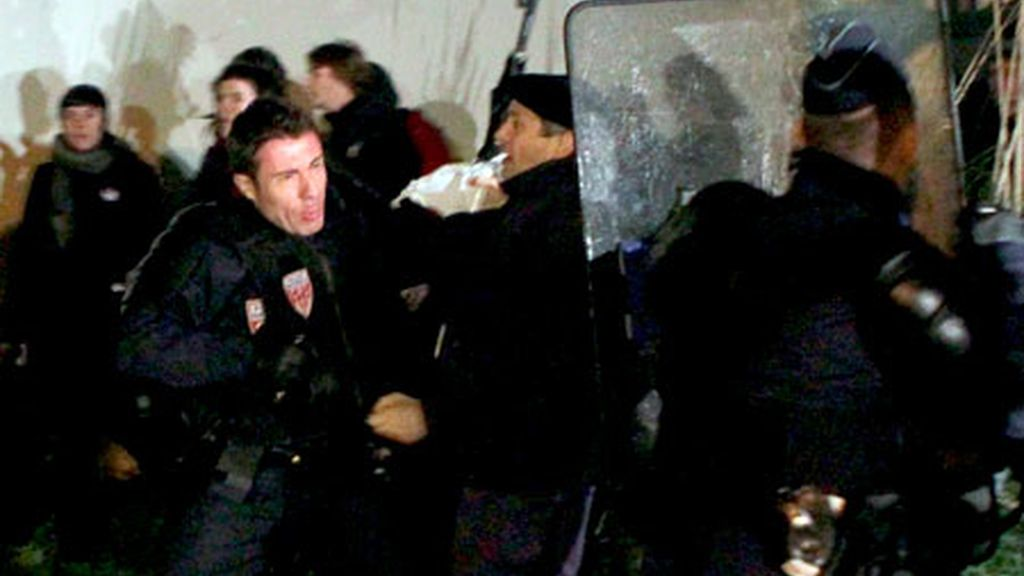 Agentes antidisturbios de la Policía Nacional francesa cargan contra un grupo de simpatizantes de Iraitz Guesalaga. Vídeo: Informativos Telecinco.