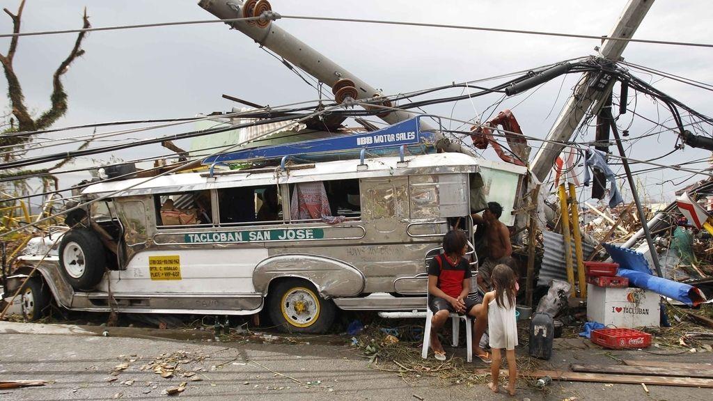 El súper tifón azota la ciudad Haiyan Tacloban en el centro de Filipinas