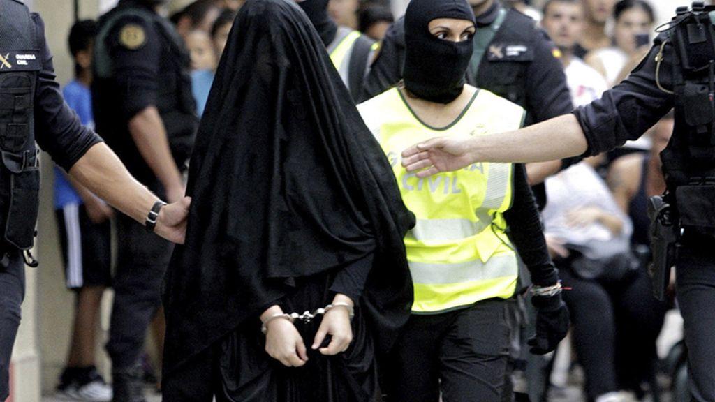 Supuesta yihadista sale de su domicilio en Gandía detenida por Guardia Civil