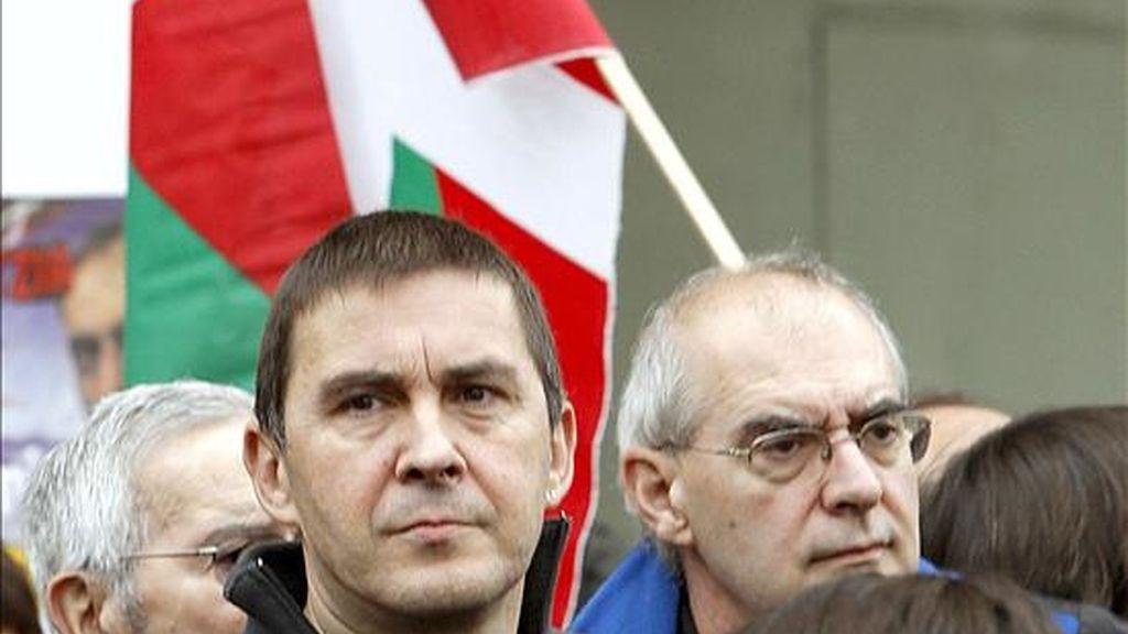 El ex portavoz de Batasuna Arnaldo Otegui, junto al ex dirigente de ETA Eugenio Etxebeste, y Edurne Brouard, (i. a d.) durante el homenaje que la izquierda abertzale celebró en 2008 en Bilbao a los dirigentes de Herri Batasuna Santiago Brouard y Josu Muguruza, asesinados en San Sebastián (1984) y Madrid (1989), respectivamente. EFE/Archivo