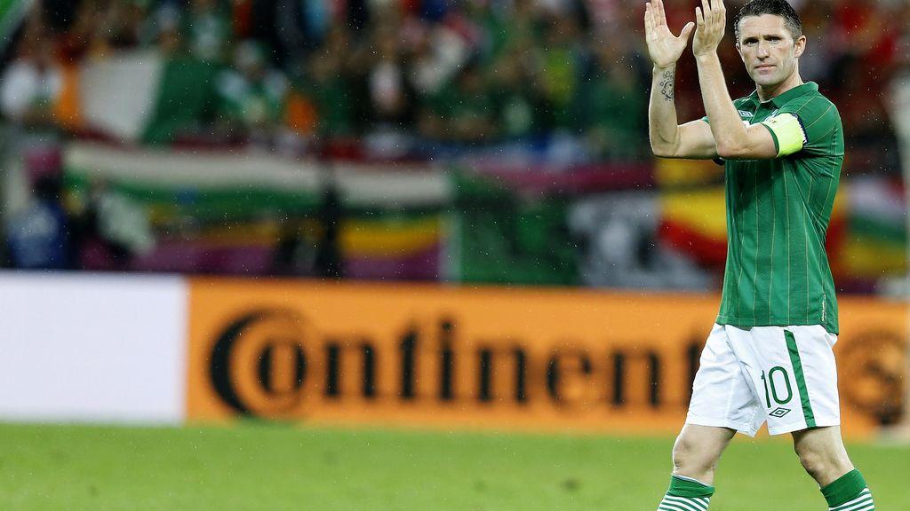 El capitán de Irlanda, Robbie Keane saluda a la afición tras la derrota con La Roja