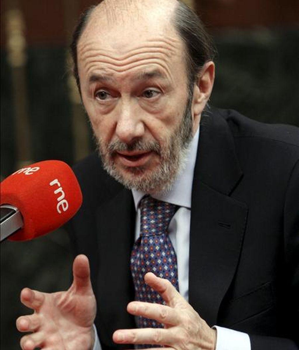 El vicepresidente primero del Gobierno, Alfredo Pérez Rubalcaba, durante la entrevista que concedió hoy a Radio Nacional en el hemiciclo de la Cámara Baja. EFE