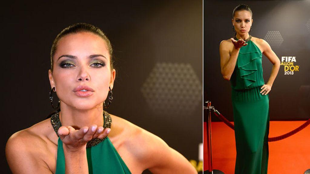 La modela Adriana Lima, espectacular de verde