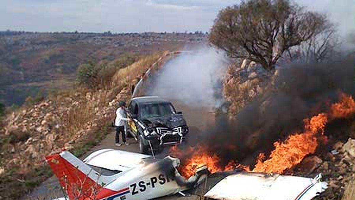 Después de estrellarse la avioneta ardió. Foto: Daily Mirror (Craig Rodney)