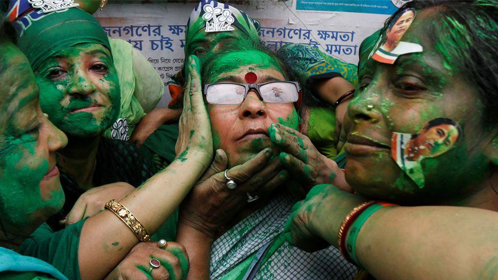 Partidarios de Trinamool Congress celebran los resultados de las elecciones en una comunidad hindú