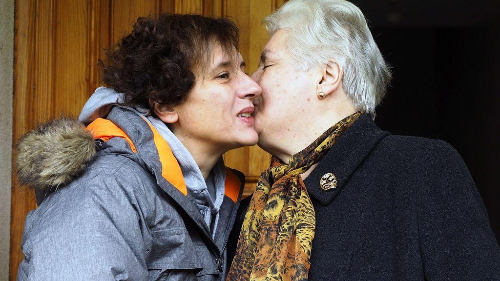 Teresa Romero besa a su madre en su casa de Galicia