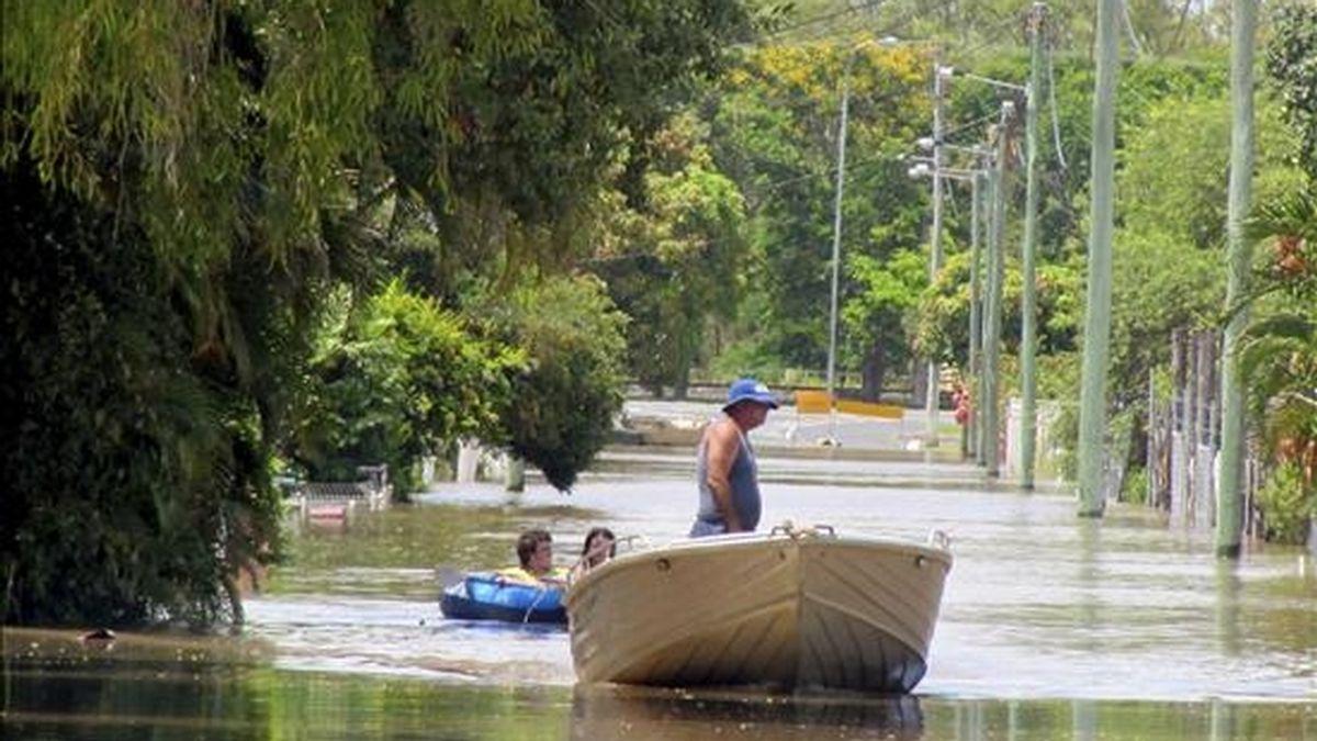 El vecino Mark Prosser navega hoy en su barca por las calles inundadas en Northampton en Australia. EFE