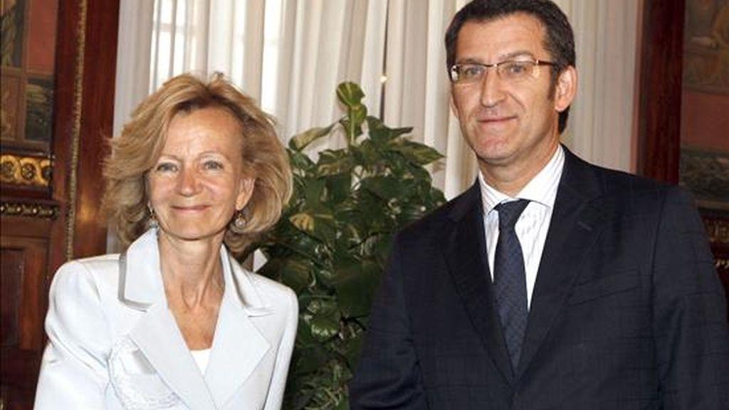 La vicepresidenta segunda y ministra de Economía y Hacienda, Elena Salgado (i), y el presidente de la Xunta de Galicia, Alberto Núñez Feijóo, se estrechan la mano al inicio de la reunión que han mantenido en Madrid dentro del proceso de la negociación del nuevo modelo de financiación autonómica. EFE