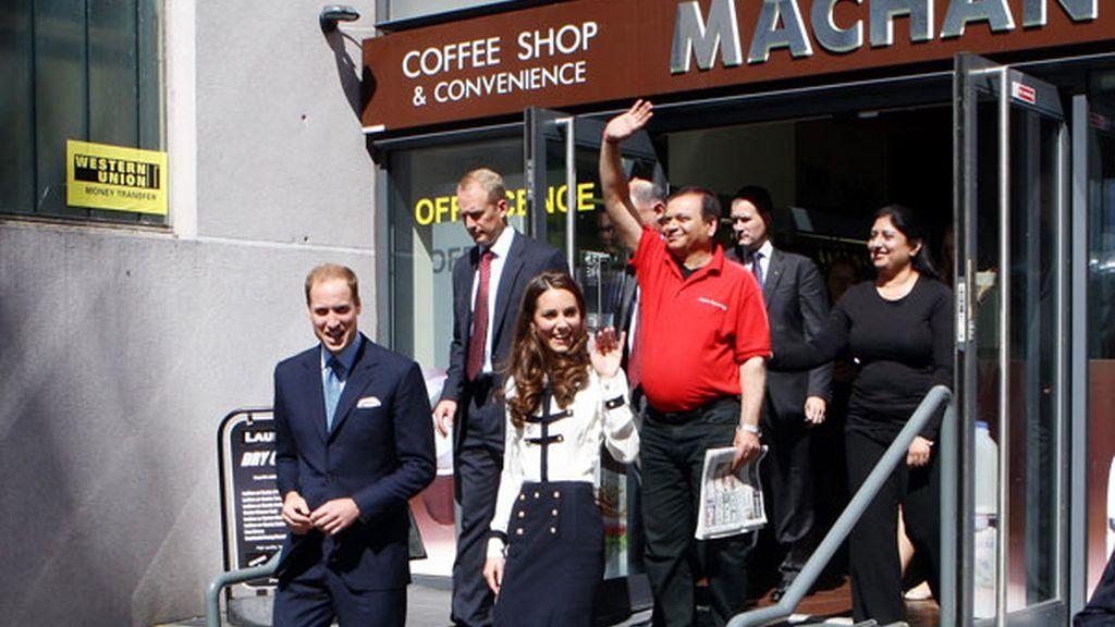 Los duques de Cambridge con los propietarios del bar