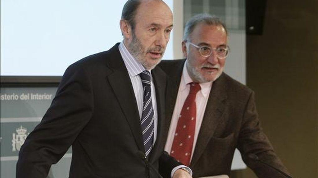 El vicepresidente primero del Gobierno y ministro del Interior, Alfredo Pérez Rubalcaba (i), acompañado del director general de Tráfico (DGT), Pere Navarro, momentos antes de la presentación hoy en Madrid del Balance de Seguridad Vial de 2010. EFE
