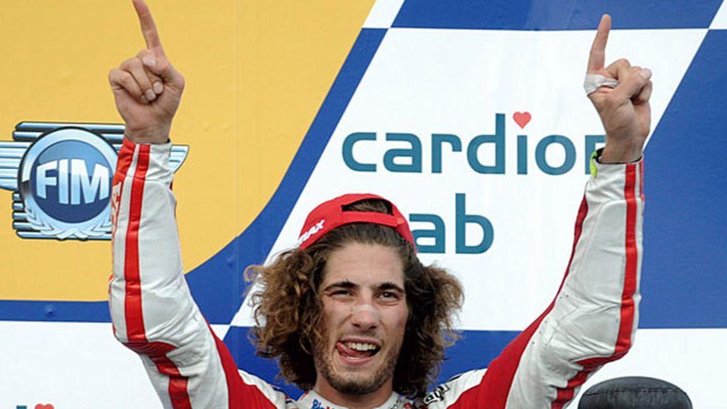 Marco Simoncelli celebra el tercer puesto