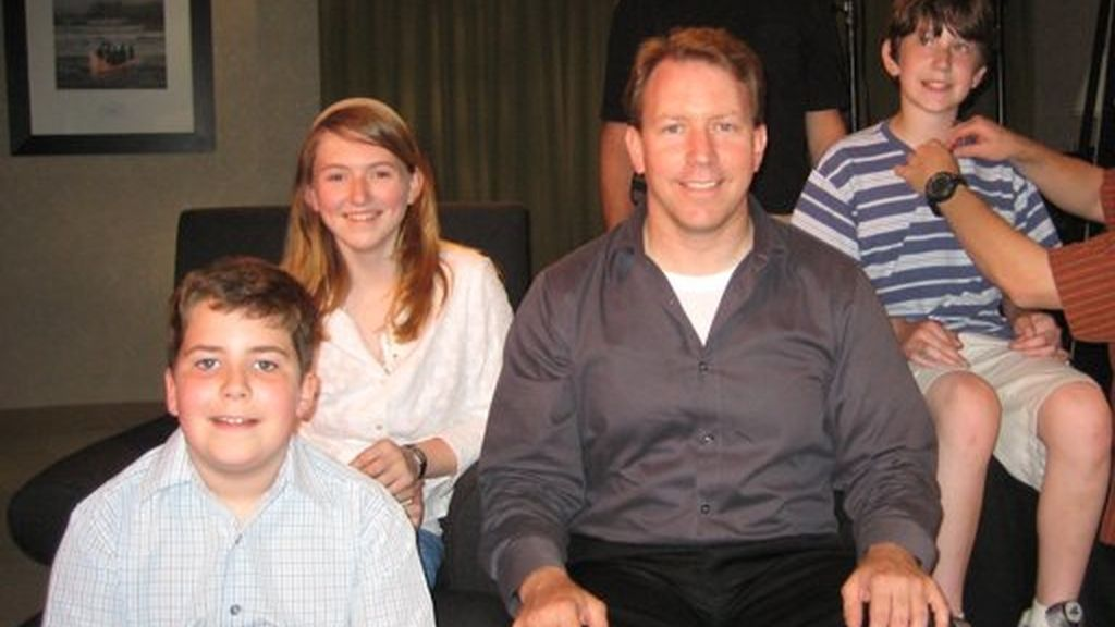 Todd Whitehurst donó semen cada semana durante tres años. Hoy podría tener entre 40 y 60 hijos que no conoce. En la foto con tres de los hijos que ayudó a concebir y que ha conocido tras cumplir 40 años.