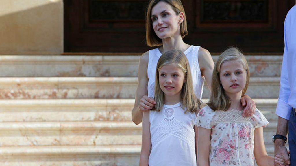 Los Reyes, Felipe VI y Letizia, posan junto a sus hijas en Marivent