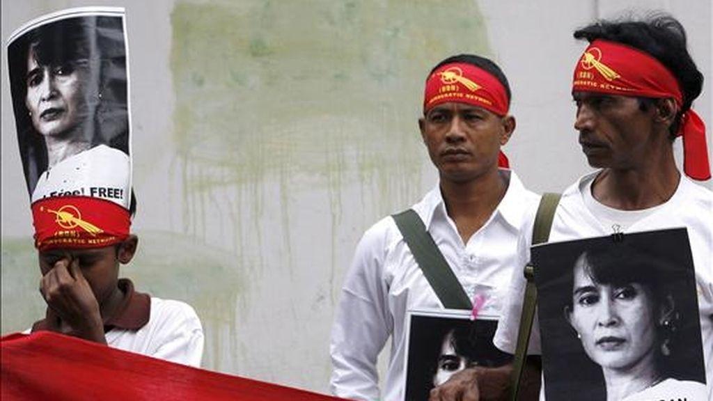 Defensores de la democracia participan en una manifestación fente a la embajada de Birmania en Bangkok (Tailandia), el 11 de junio. Decenas de manifestantes pidieron la puesta en libertad de la principal opositora birmana Aung San Suu Kyi. EFE