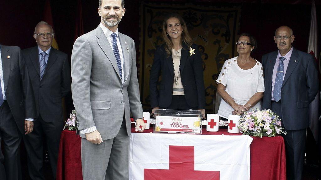Los príncipes, la reina y la infanta Elena, en el Día de la Banderita