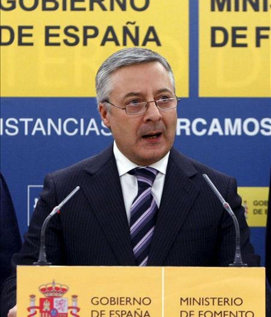 El ministro de Fomento, José Blanco, ha suspendido el viaje que tenía previsto iniciar este domingo a China, como consecuencia de la situación generada por los controladores aéreos en España. EFE