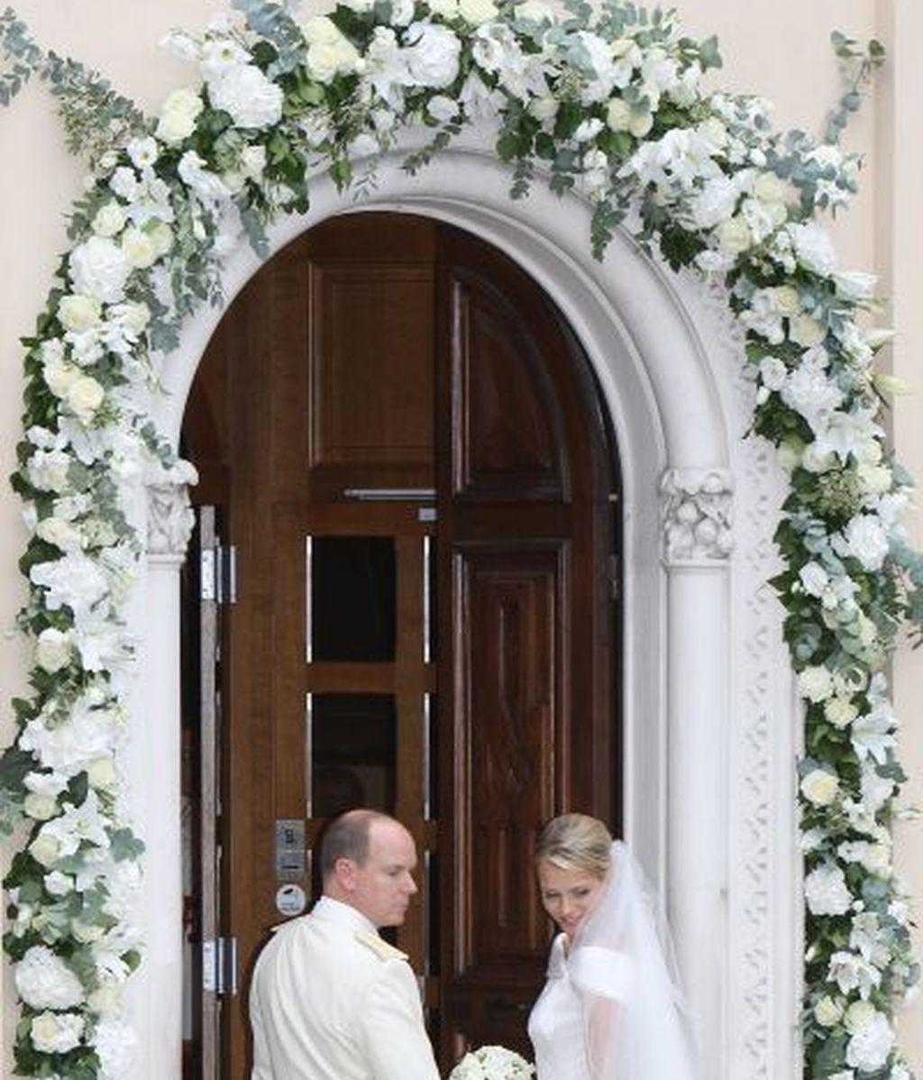 Charlene y Alberto de Mónaco hacen una ofrenda floral a Santa Devota