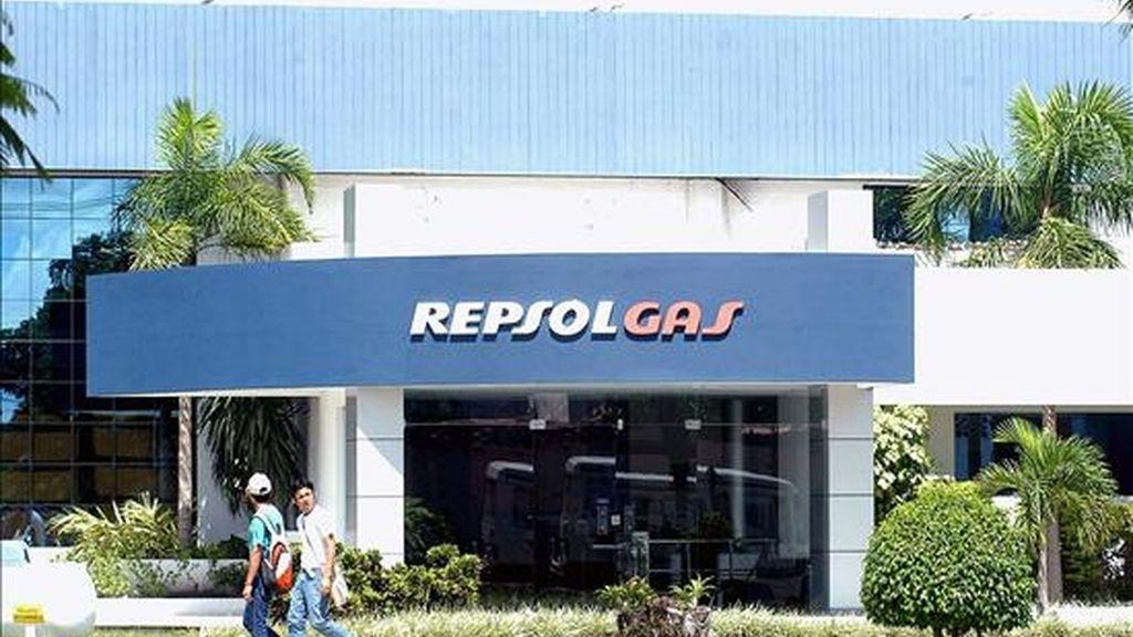 A finales de 2007 Repsol abrió un proceso para deshacerse de hasta un 45 por ciento de sus acciones en YPF. EFE/Archivo