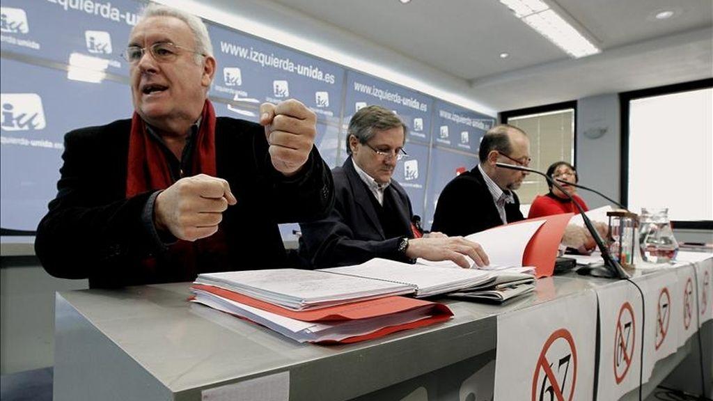 El coordinador general de IU, Cayo Lara (i), antes del Consejo Político de la coalición, que se celebró hoy en Madrid para analizar la estrategia electoral que desarrollará ante los comicios municipales y autonómicos del próximo 22 de mayo. EFE