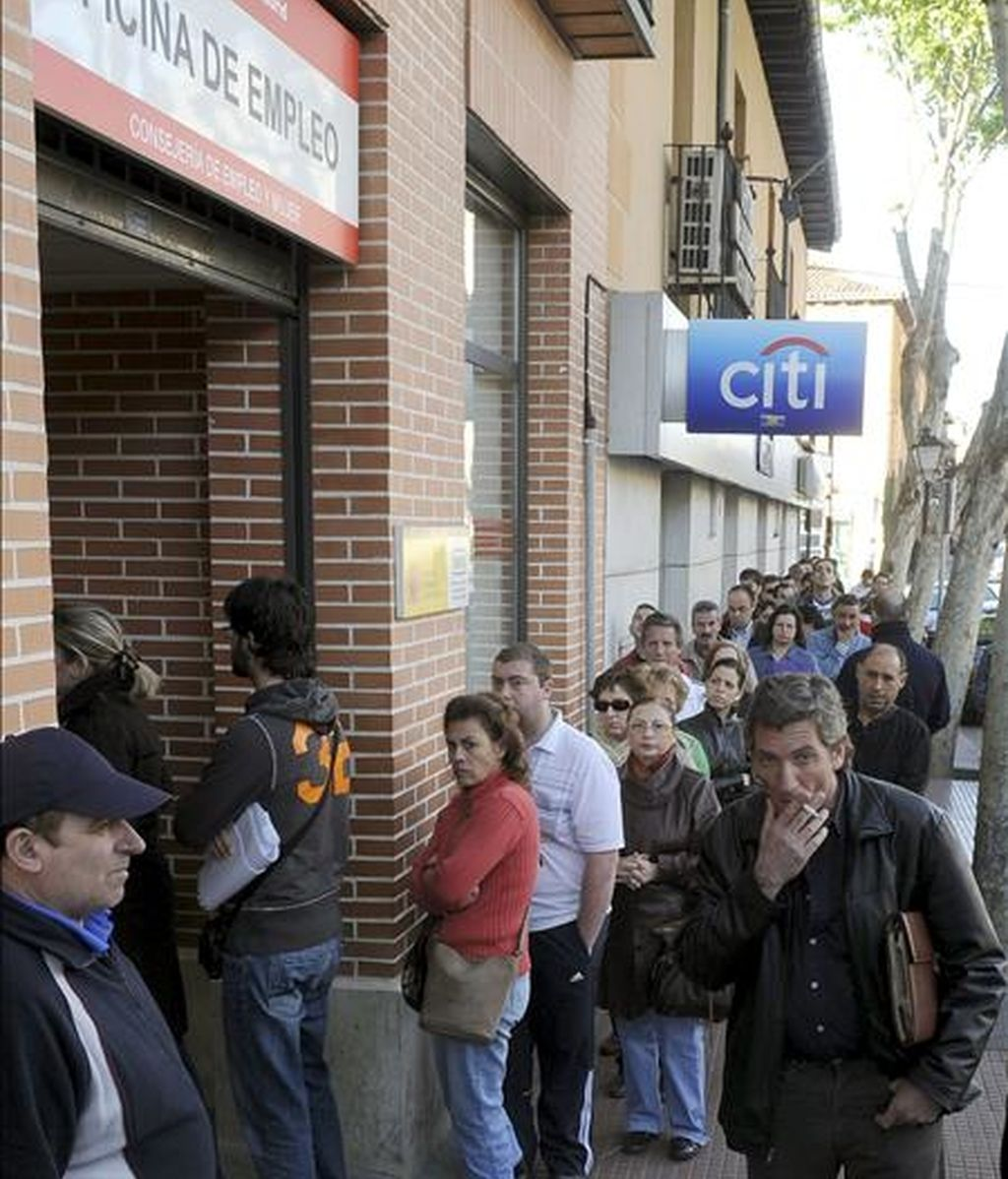 Desempleados hacen cola hoy frente a una oficina de empleo en Alcalá de Henares (Madrid). La tasa de paro aumentó 3,45 puntos hasta situarse en el 17,36% de la población activa en el primer trimestre del año y el número de desempleados alcanzó los 4.010.700, tras incrementarse en 802.800 personas en ese periodo, según la Encuesta de Población Activa (EPA) difundida hoy por el INE.  EFE