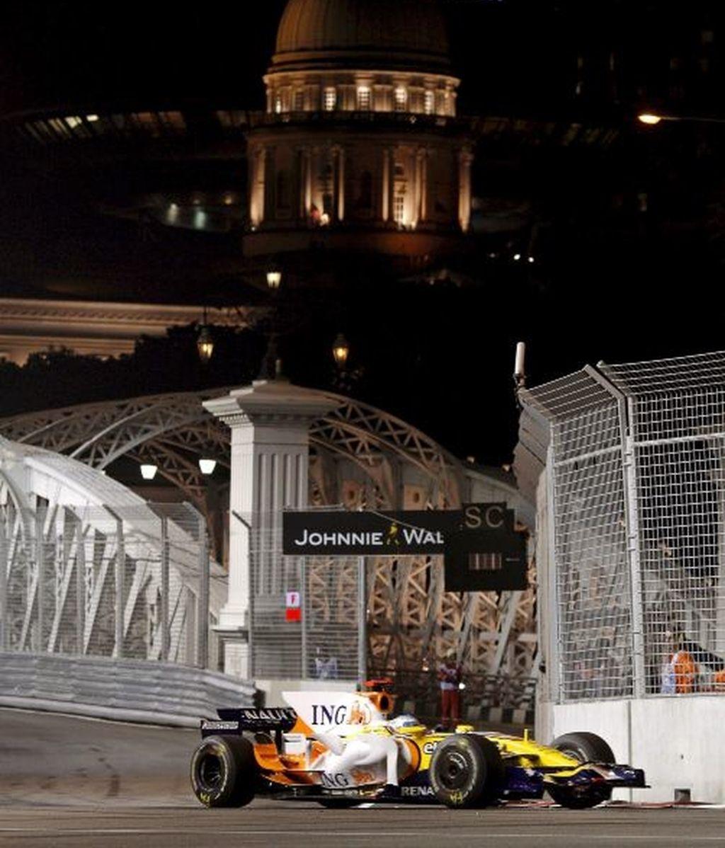 Alonso brilla en la noche asiática