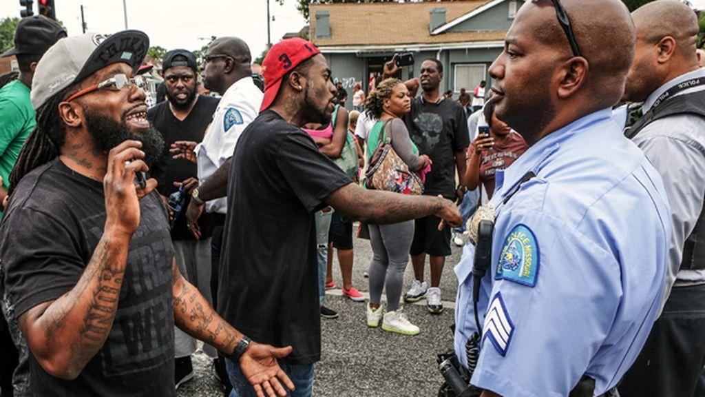 El joven negro abatido por la Policía en Saint Louis murió de un disparo en la espalda