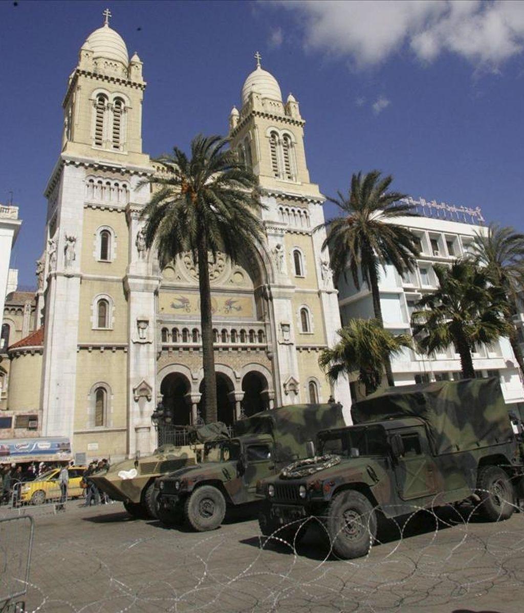 Vehículos militares custodian la catedral de Túnez durante durante una manifestación convocada para pedir un Túnez laico. EFE/Archivo