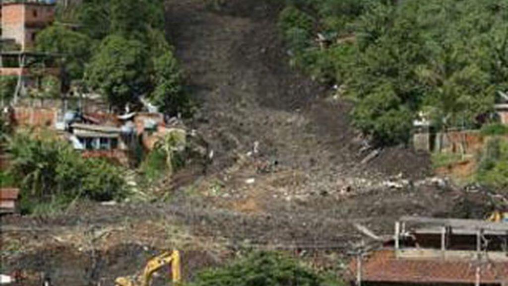 Los escombros podrían ocultar más víctimas. Foto: EFE.