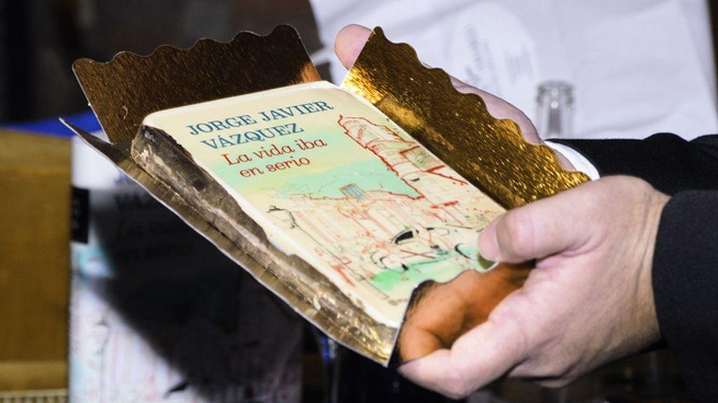 """La editorial obsequió a su exitoso autor con un """"sabroso"""" libro de oro"""