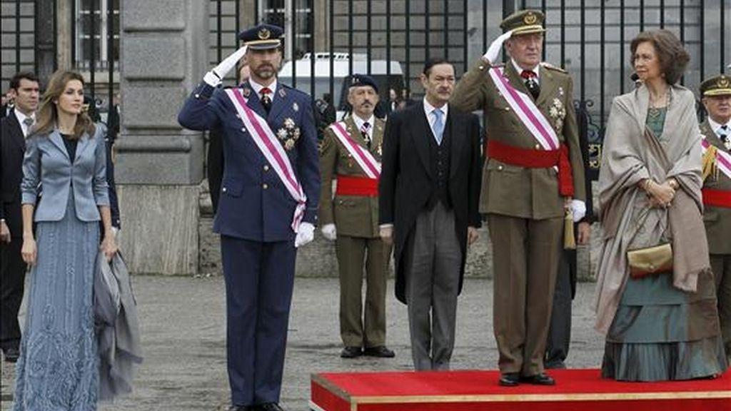 Los reyes de España y los príncipes de Asturias escuchan el himno nacional durante la celebración solemne de la Pascua Militar, en la que están representadas las principales autoridades del Estado, los tres Ejércitos y la Guardia Civil, hoy en el Palacio Real, en Madrid. EFE