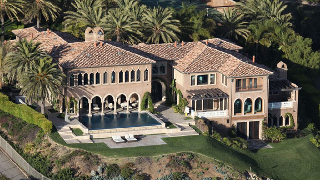 Una casa con arcos y rodeada de palmeras