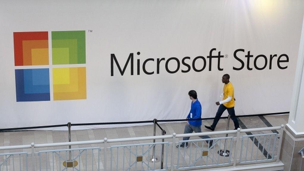 Gente caminando frente a una Microsoft Store en Nueva Jersey (EEUU)
