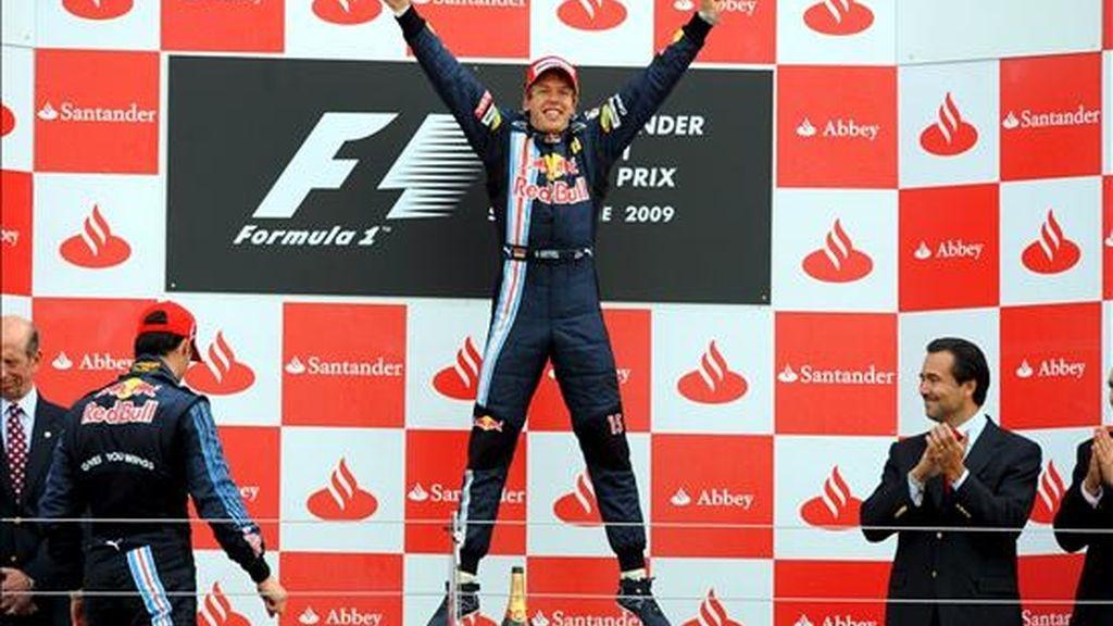 El alemán Sebastian Vettel (Red Bull-Renault) celebra en el podio tras imponerse de manera arrolladora en el Gran Premio de Gran Bretaña de Fórmula Uno, en el circuito de Silverstone. EFE
