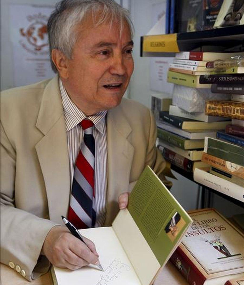 """Pancracio Celdrán, firma ejemplares de su obra """"El gran libro de la historia de las cosas"""" en la Feria del Libro de Madrid. EFE"""