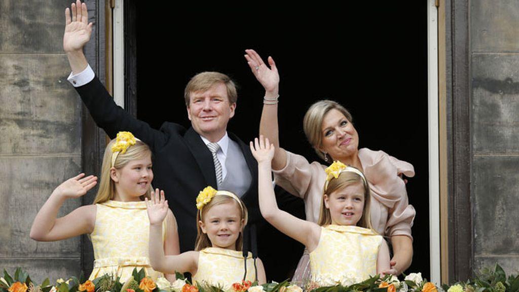 Guillermo Alejandro, rey de los Países Bajos, saluda a los ciudadanos