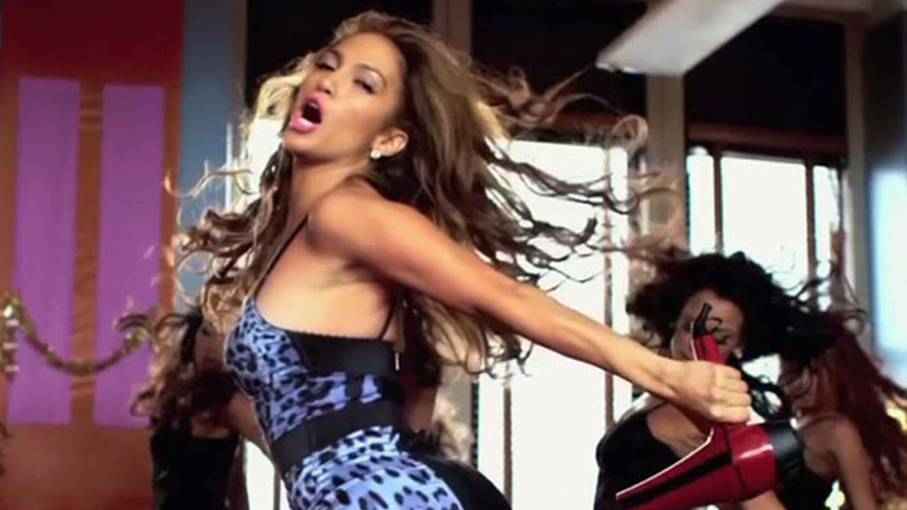 JLo trata de llamar la atención bailando agarrada a un secador