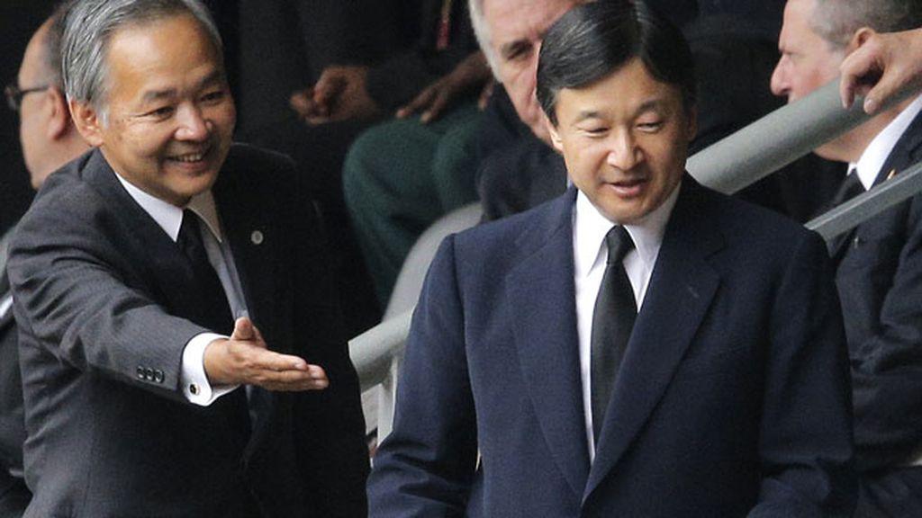 El Príncipe Naruhito acude a rendir homenaje al expresidente de Sudáfrica