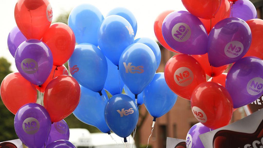 Partidarios del 'si' y del 'no' portan globos con sus lemas en un mitin en Glasgow, Escocia