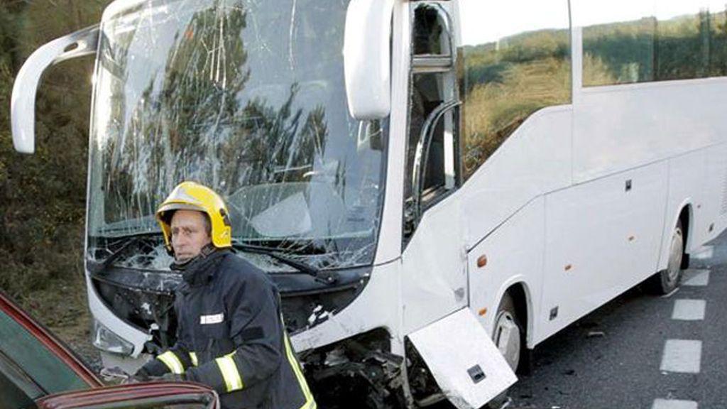 Imagen de un autobús escolar accidentado tras chocar con un turismo