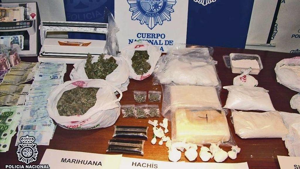 Foto facilitada por el Ministerio del Interior de partes de las drogas y dinero de los que se ha incautado la Policía Nacional en una operación en la que ha detenido a once personas integrantes de un grupo dedicado al tráfico de drogas asentado en las provincias de Murcia y Alicante. EFE