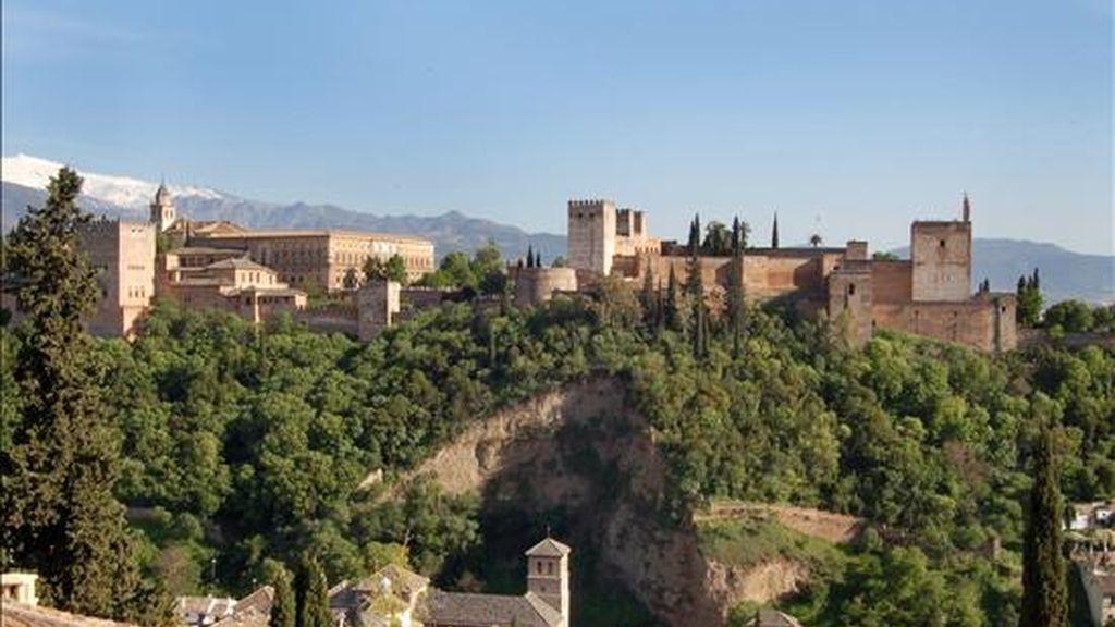 Vista porámica de La Alhambra de Granada desde el Mirador de San Nicolás, en el barrio de Albaicín. EFE/Archivo
