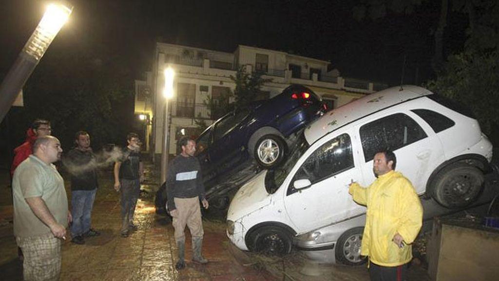 Vecinos de la localidad cordobesa de Cañete de las Torres, junto a varios vehículos arrastrados por las intensas lluvias que han afectado a esta zona