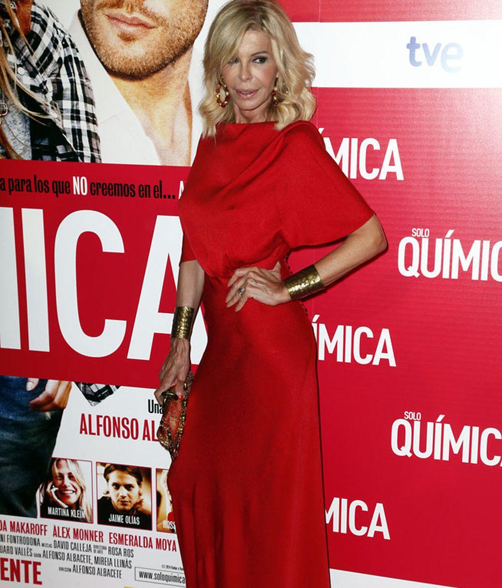 Bibiana Fernández con un ajustado vestido rojo con complementos dorados