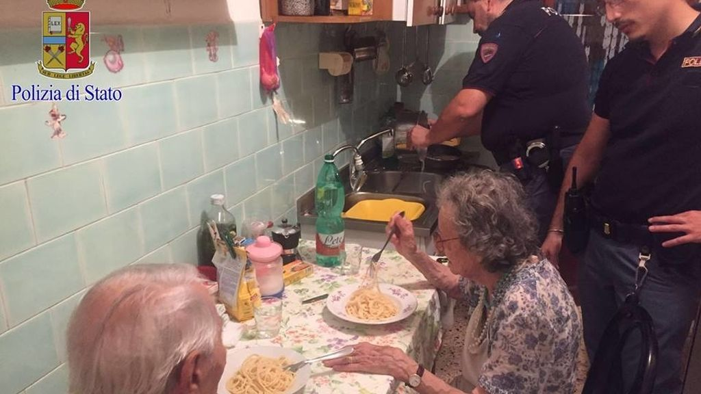 El emotivo gesto de la Policía italiana con una pareja de ancianos que conmueve al mundo
