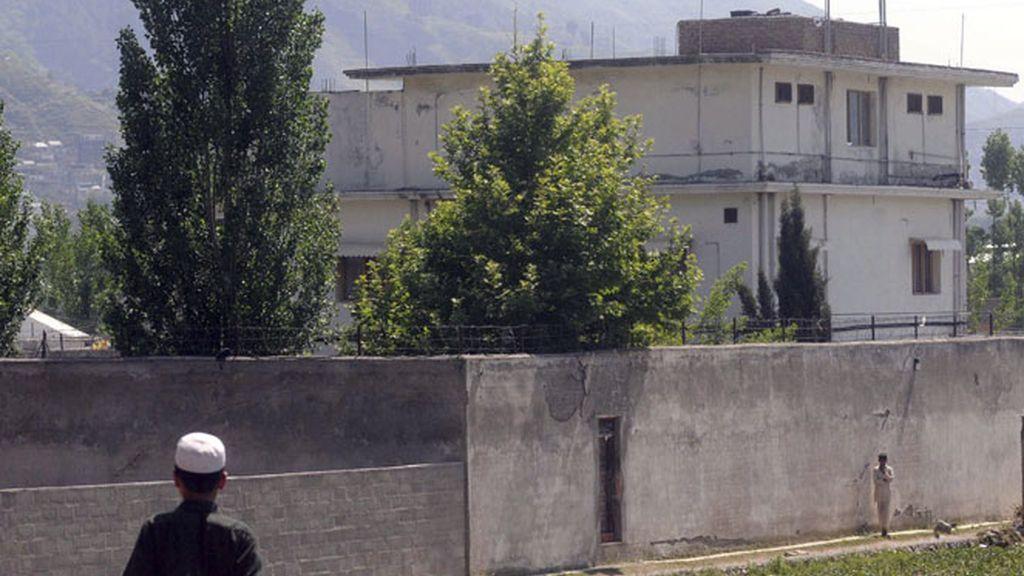 Un vecino local camina frente a la mansión del líder de Al Qaeda en Abbotabad