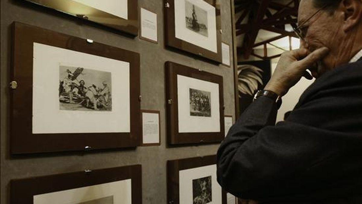 """En la imagen, un hombre observa algunas muestras de la serie """"Los desastres de la guerra"""" del artista español Francisco de Goya. EFE/Archivo"""