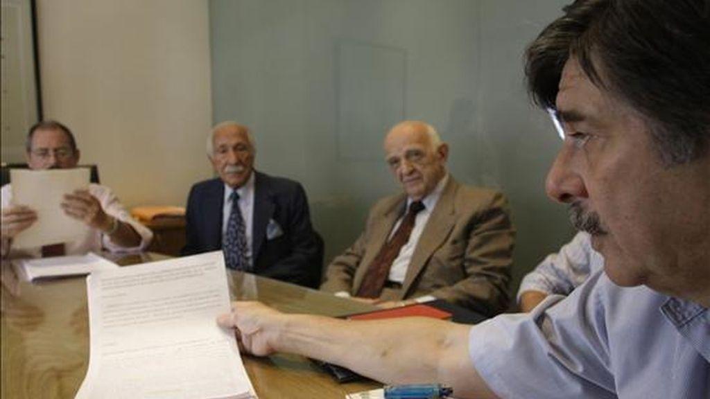 El abogado Carlos Slepoy muestra la querella que se presentará en Argentina contra actos cometidos durante la dictadura de Francisco Franco en España, durante un encuentro con la prensa en Buenos Aires. EFE